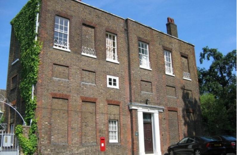 Здания с замурованными окнами