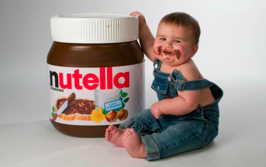 Ребенок с шоколадной пастой