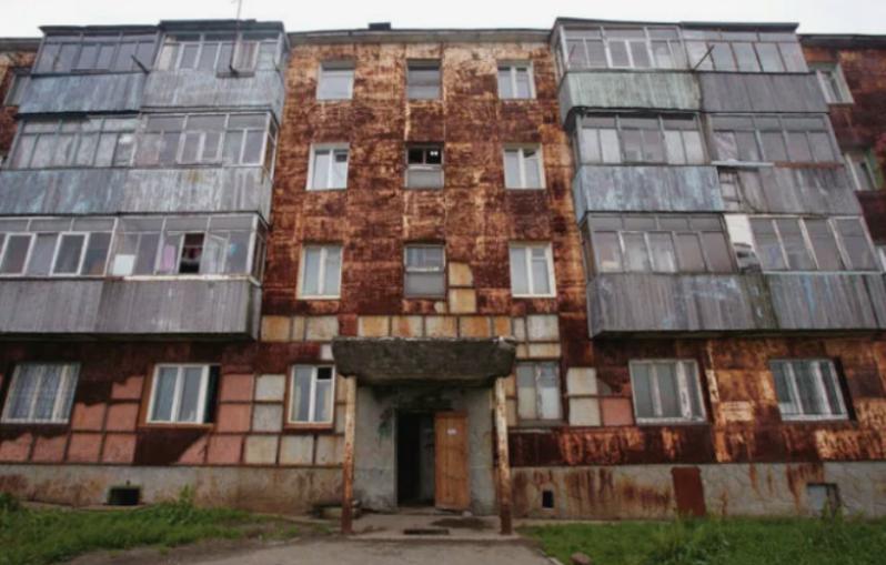 Многоэтажки со ржавыми внешними стенами
