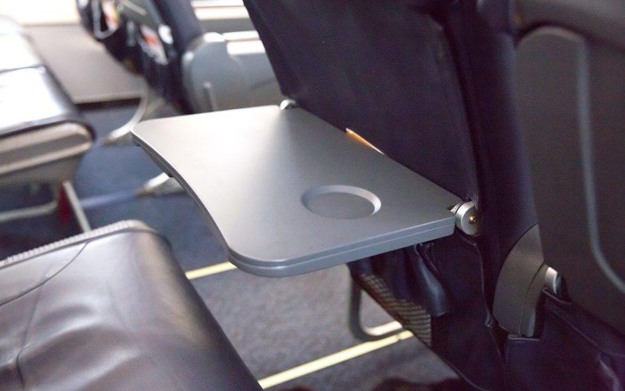 Откидной столик в самолете