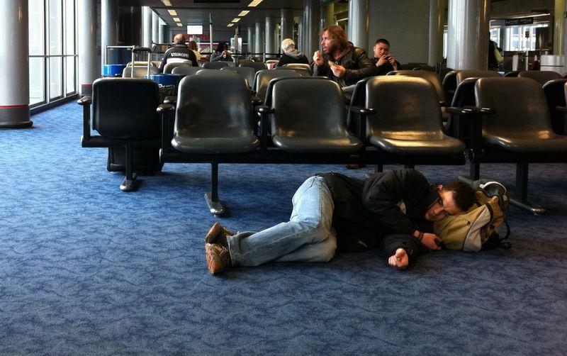 Лежать на полу в аэропорту