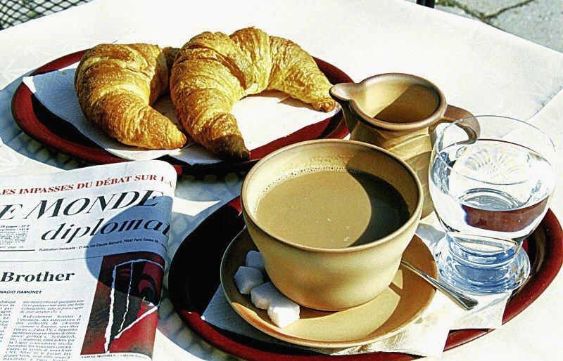 Французы макают выпечку в кофе