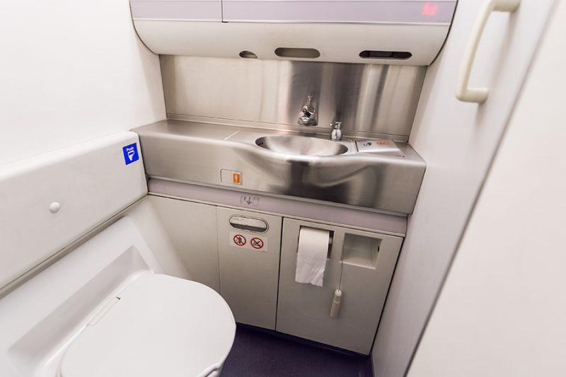 Туалет в самолете