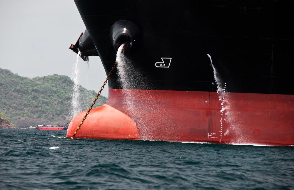 Вода из борта корабля