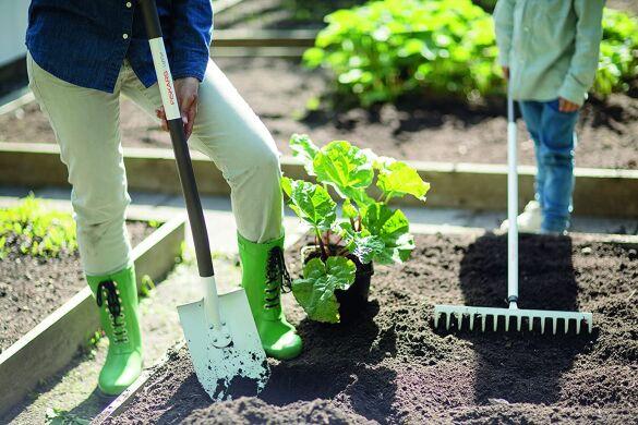 Пользоваться садовыми инструментами