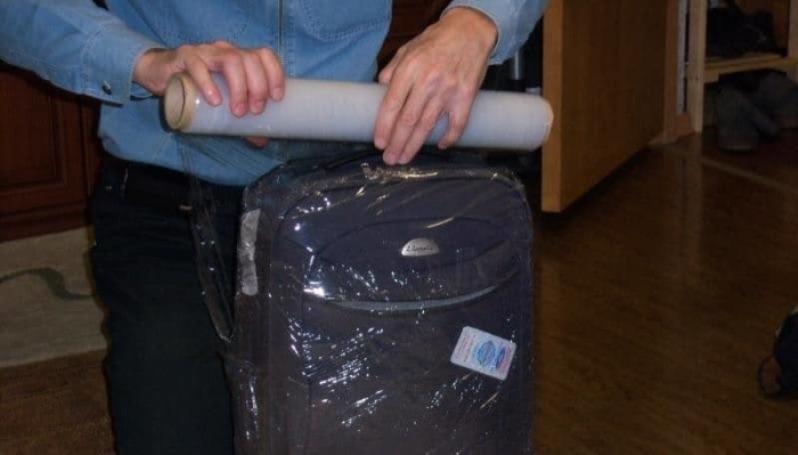 Обматывать чемодан пленкой