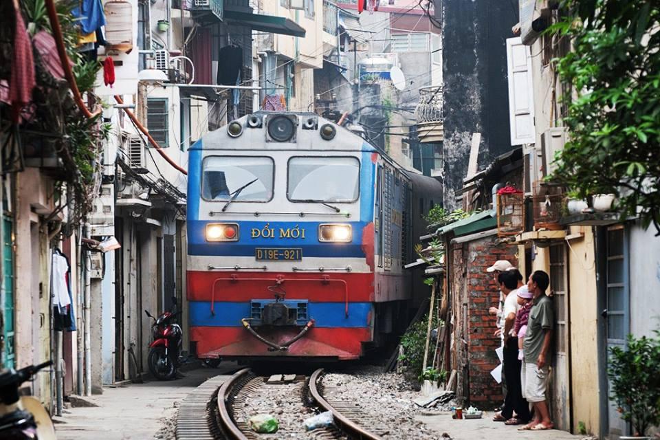 Железная дорога на узкой улице