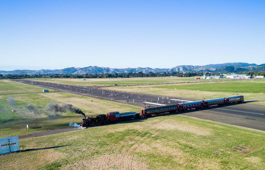 Железная дорога через взлетную полосу