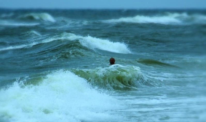 Человек в море