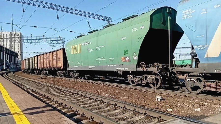Поезд сдает назад