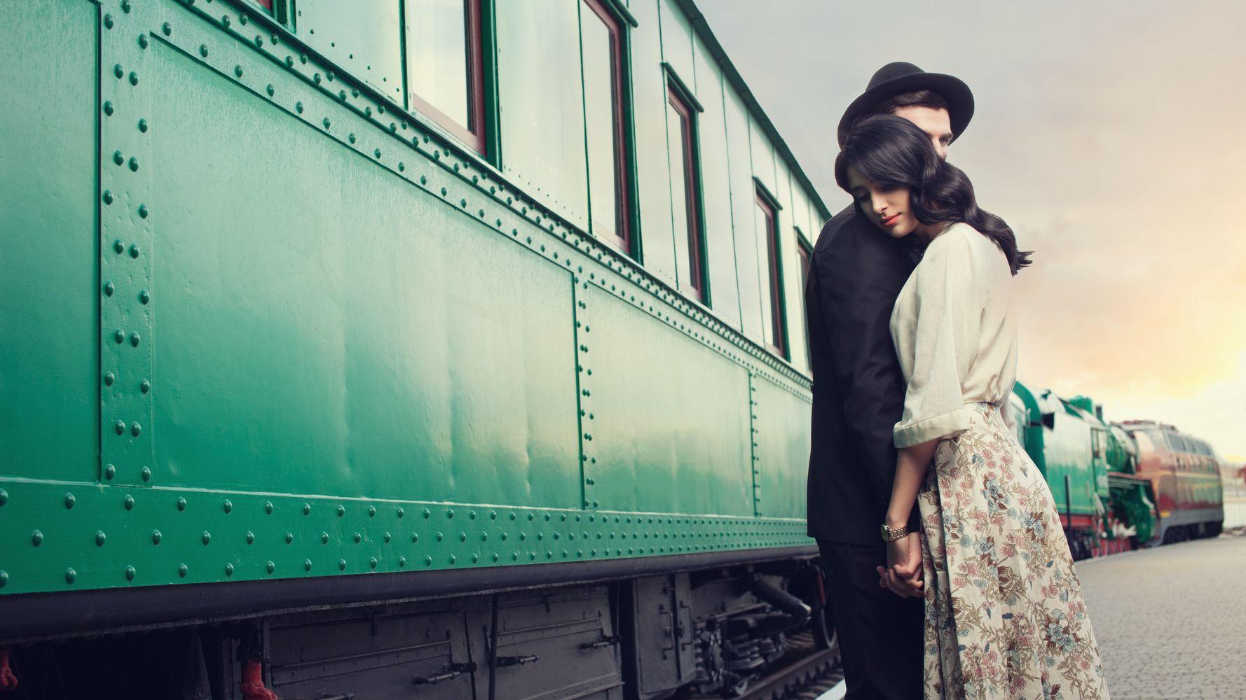 Влюбленная пара у поезда