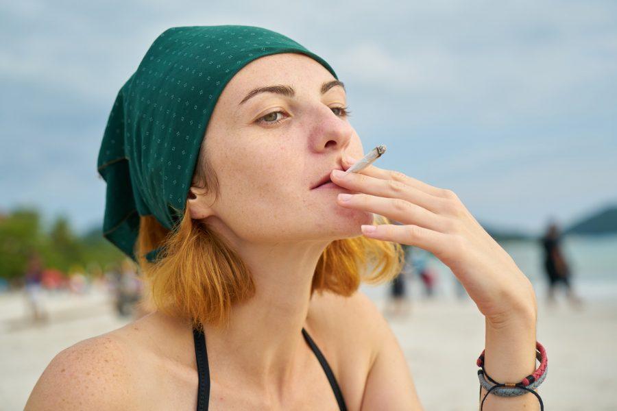 Курение на пляже