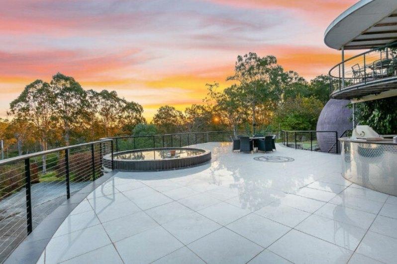 Дом из бетонных шаров