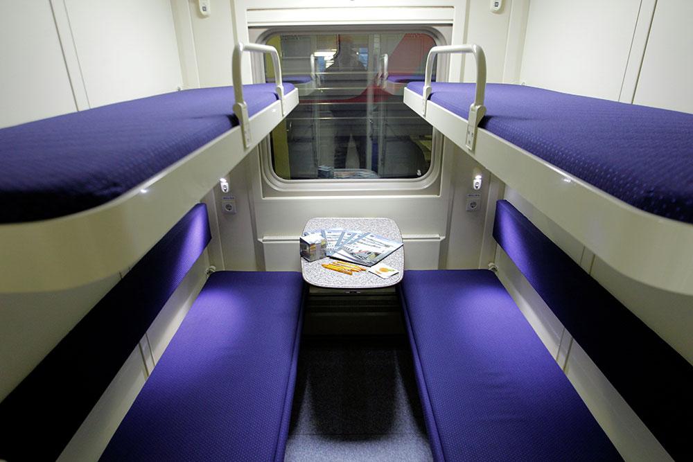 Верхняя полка в поезде