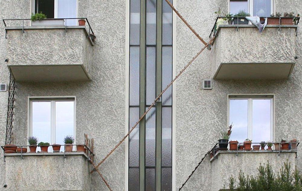 Лестница на стене дома