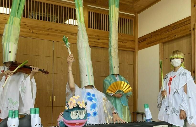 Японский священник в костюме зеленого лука