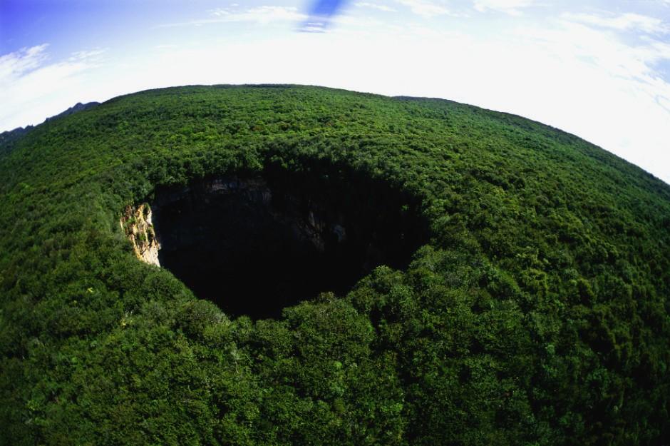 Огромная дыра в земле