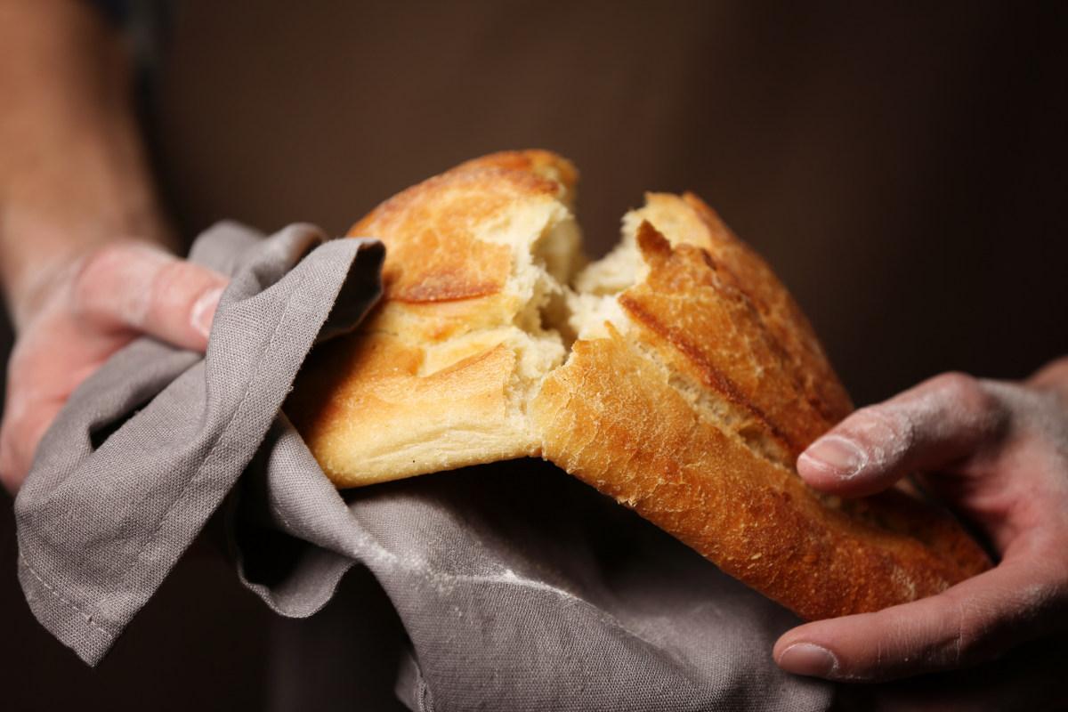 Хлеб разламывают
