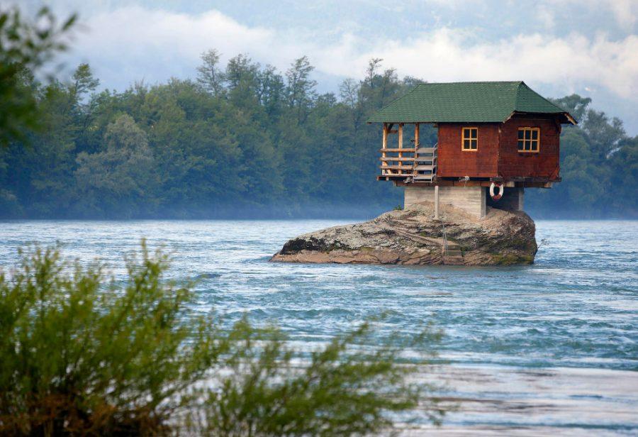 Домик для отдыха посреди реки