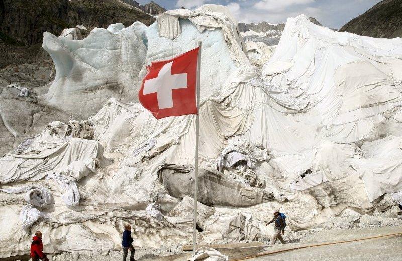 В Швейцарии горы укрывают одеялами